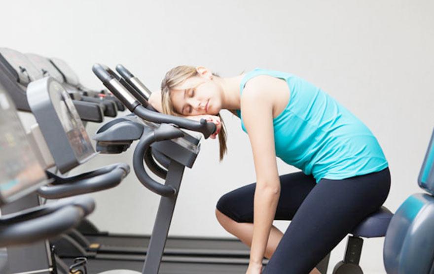 уставший фитнес-тренер
